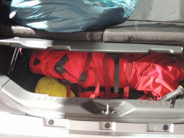 ダイハツ・ウェイク 車中泊中の荷室下スペース