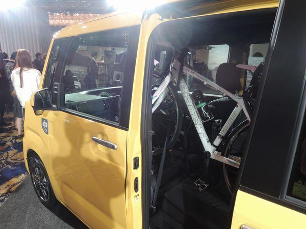ダイハツ・ウェイクに自転車を載せたところ