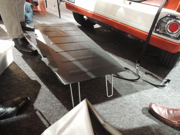 ダイハツ・ウェイク 荷室底板をテーブルとして使う